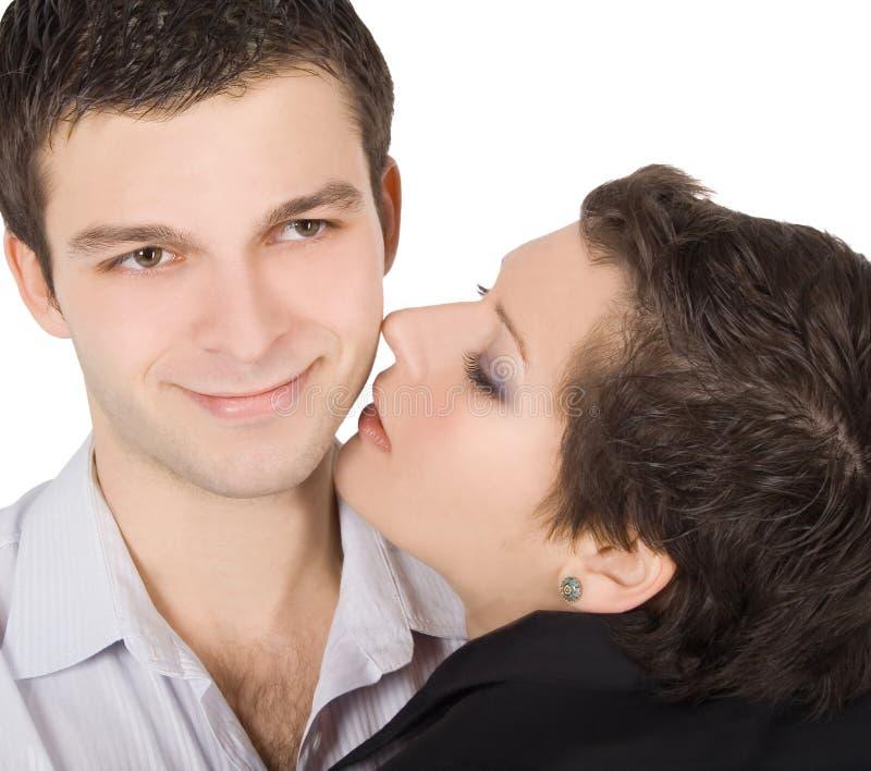 Retrato de um par novo de sorriso no amor imagens de stock