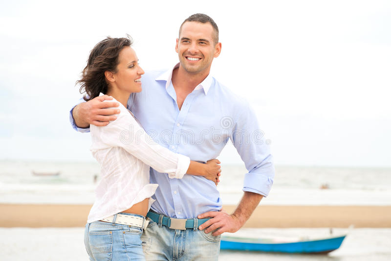 Retrato de um par novo feliz imagens de stock royalty free