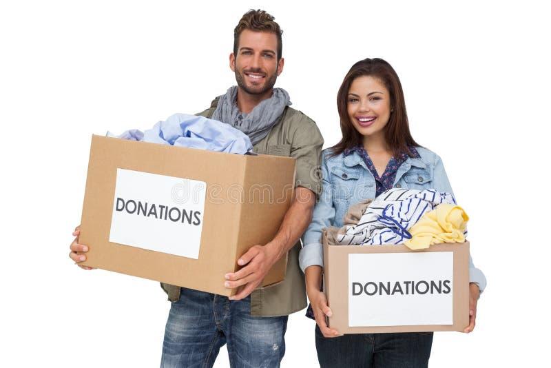 Retrato de um par novo feliz com doação da roupa imagem de stock