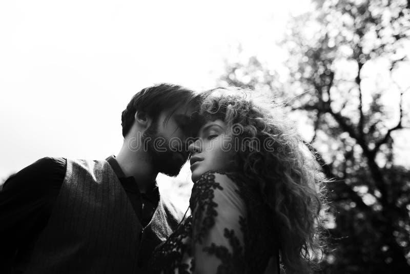 Retrato de um par novo feliz que aprecia um dia no toge do parque imagem de stock