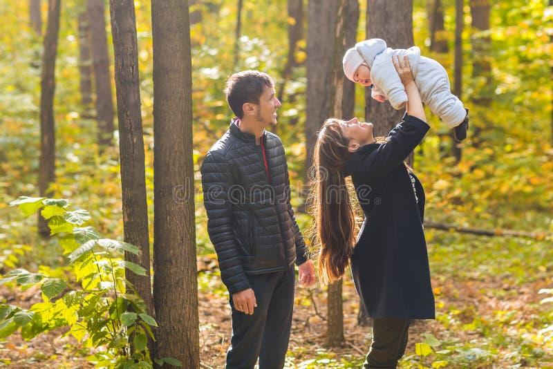 Retrato de um par novo feliz que joga com seu bebê recém-nascido bonito foto de stock royalty free