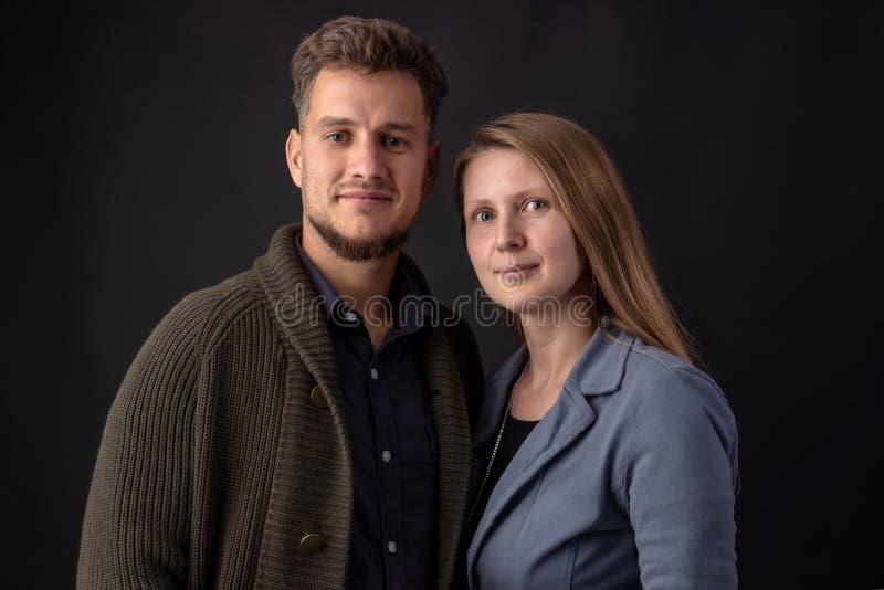 Retrato de um par novo no estúdio foto de stock royalty free
