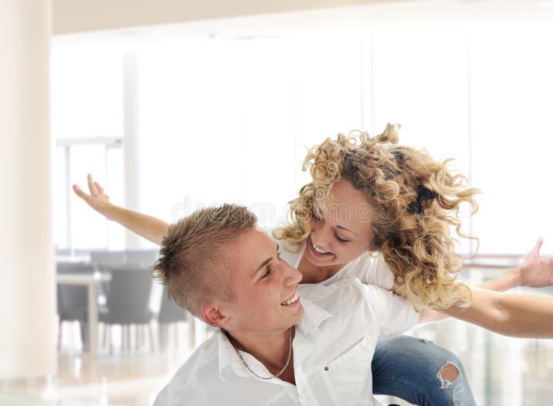 Retrato de um par novo romântico foto de stock