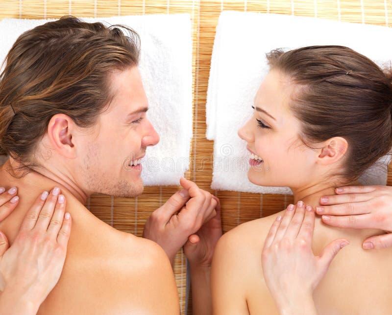 Retrato de um par que começ uma massagem romântica foto de stock