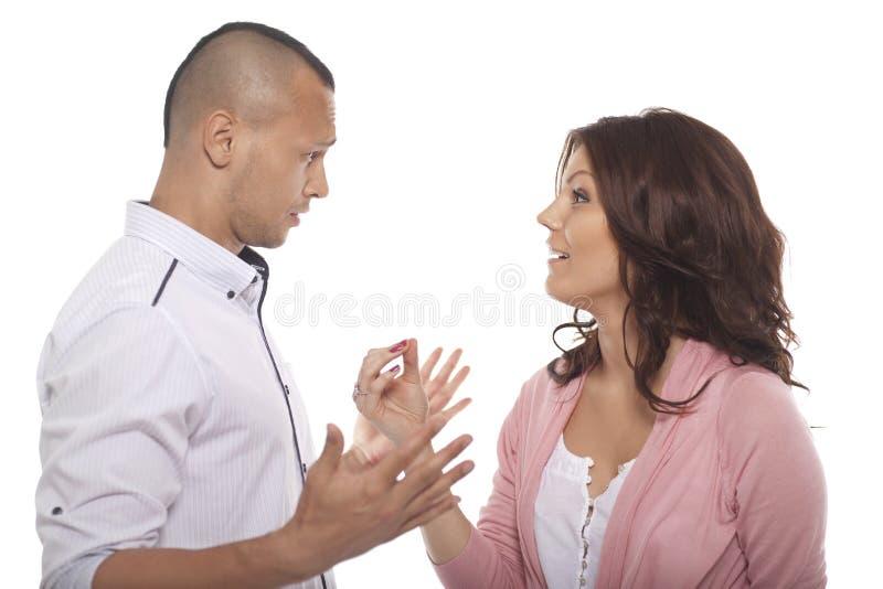 Retrato de um par que tem uma conversação foto de stock