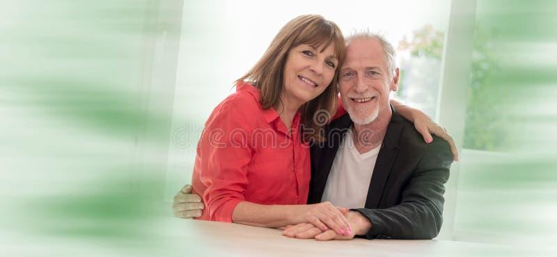 Retrato de um par sênior feliz fotografia de stock