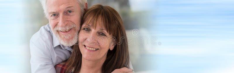 Retrato de um par sênior feliz fotografia de stock royalty free