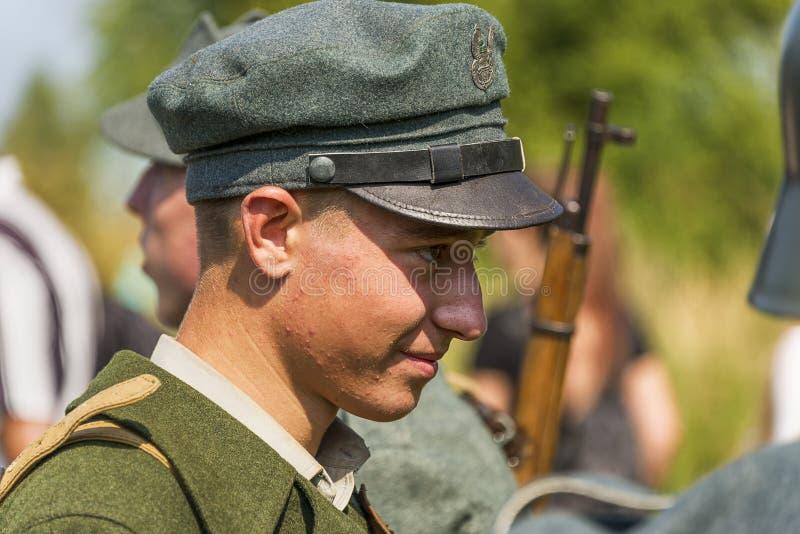 Retrato de um participante da reconstrução no uniforme polonês foto de stock royalty free