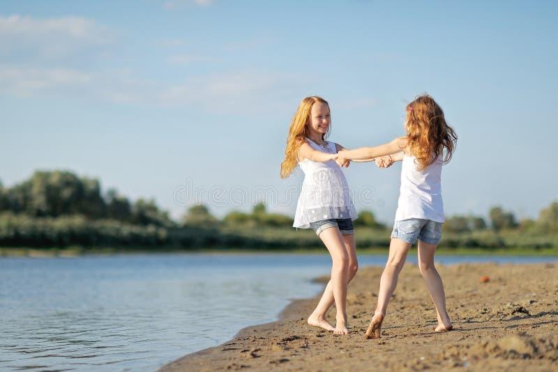 Retrato de um passeio de duas irmãs fotografia de stock