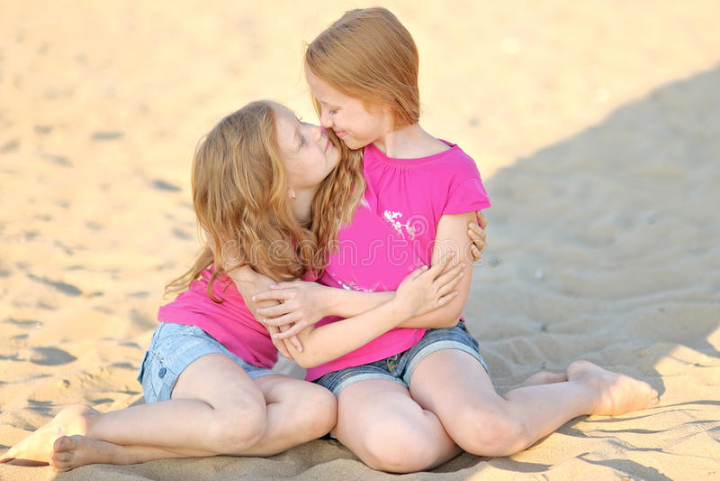 Retrato de um passeio de duas irmãs fotos de stock royalty free