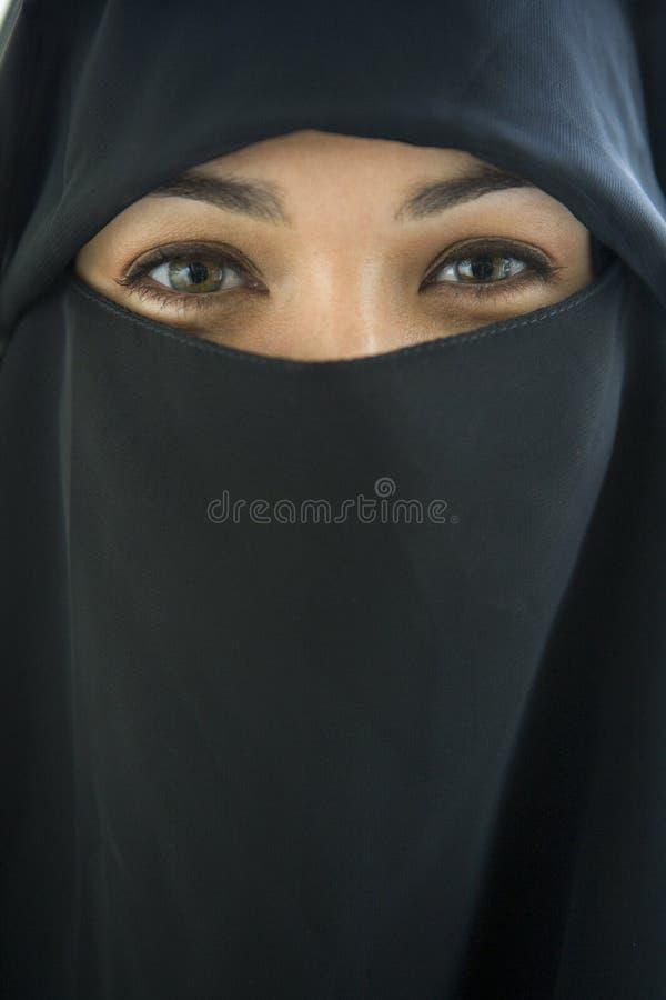 Retrato de um preto desgastando da mulher do Oriente Médio fotografia de stock