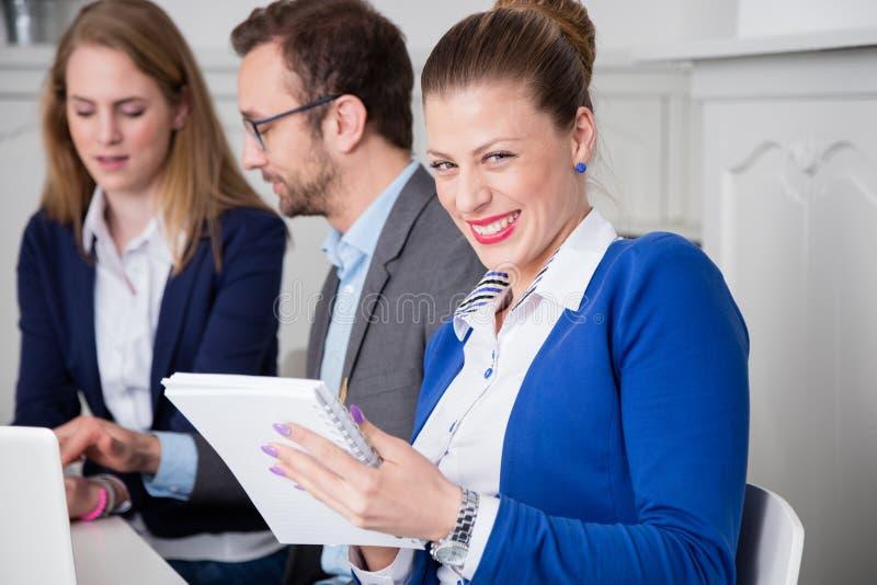 Retrato de um profissional fêmea novo do negócio na tabela du fotografia de stock royalty free
