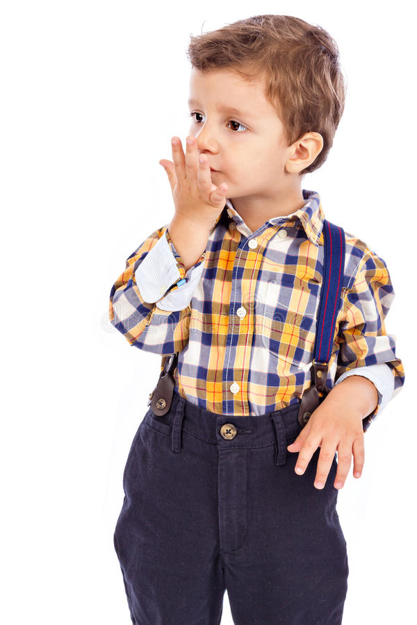 Retrato de um rapaz pequeno adorável que envia um beijo imagem de stock royalty free