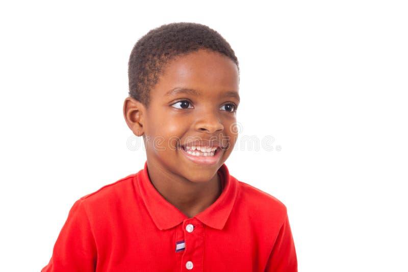 Retrato de um rapaz pequeno afro-americano bonito que sorri, isolado foto de stock royalty free