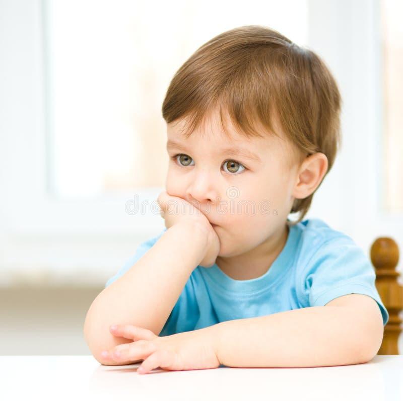 Retrato de um rapaz pequeno bonito fotografia de stock