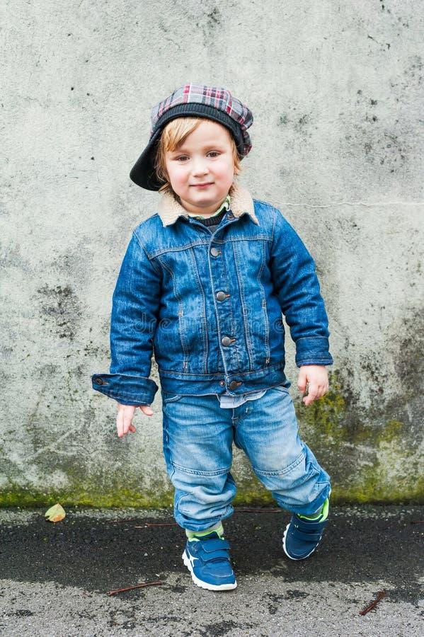 Retrato de um rapaz pequeno bonito foto de stock