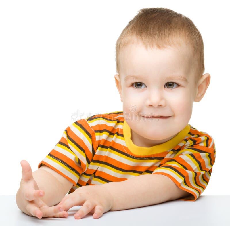 Retrato de um rapaz pequeno bonito que olha algo fotos de stock