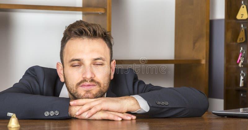 Retrato de um recepcionista cansado fotografia de stock