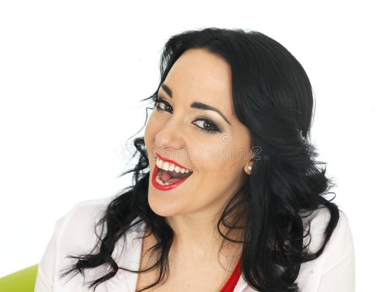Retrato de um riso latino-americano novo alegre feliz bonito da mulher foto de stock