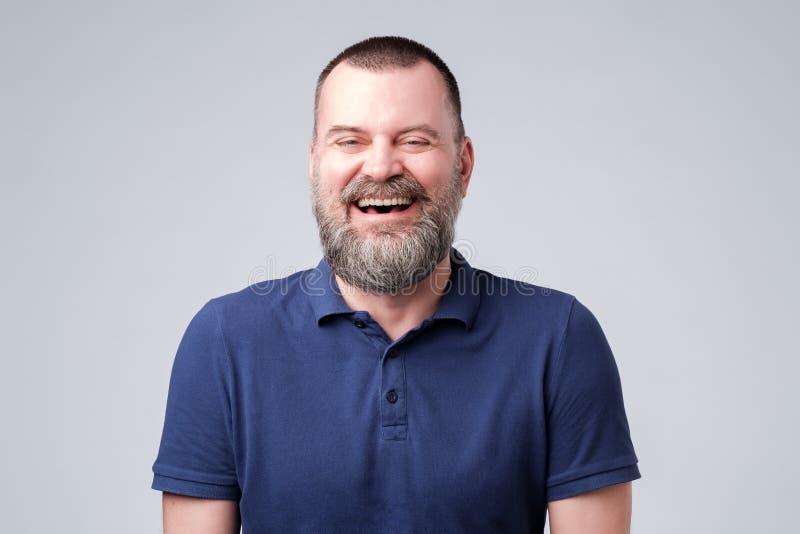Retrato de um riso maduro considerável do homem fotos de stock
