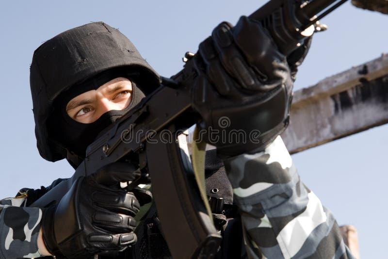 Retrato de um soldado que aponta com um rifle fotos de stock
