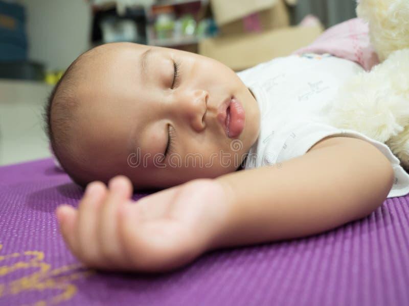 Retrato de um sono de encontro do bebê fotografia de stock royalty free