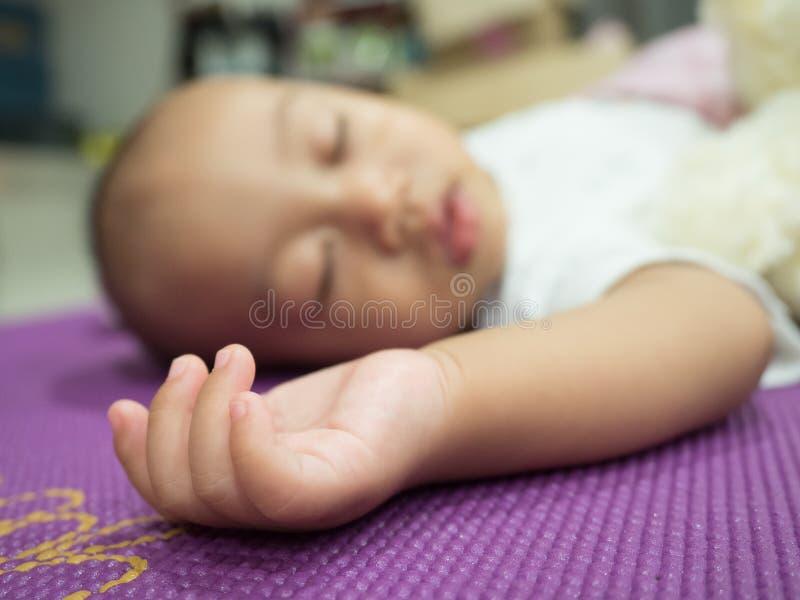 Retrato de um sono de encontro do bebê fotos de stock royalty free