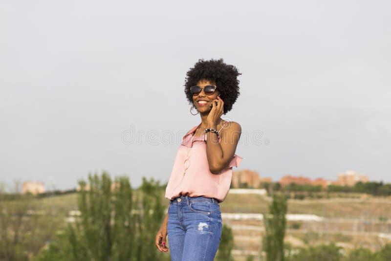 Retrato de um sorriso afro-americano bonito novo feliz da mulher imagem de stock