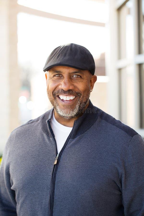Retrato de um sorriso afro-americano maduro do homem fotos de stock