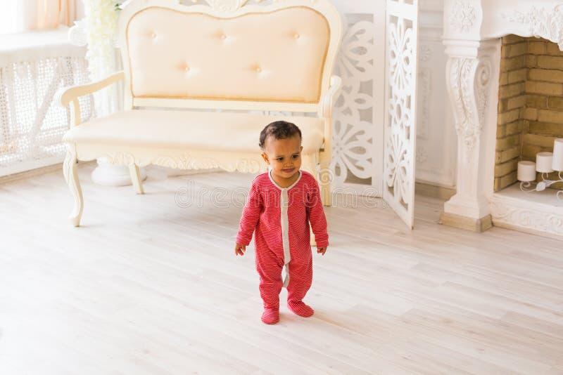 Retrato de um sorriso afro-americano pequeno bonito do menino imagens de stock royalty free