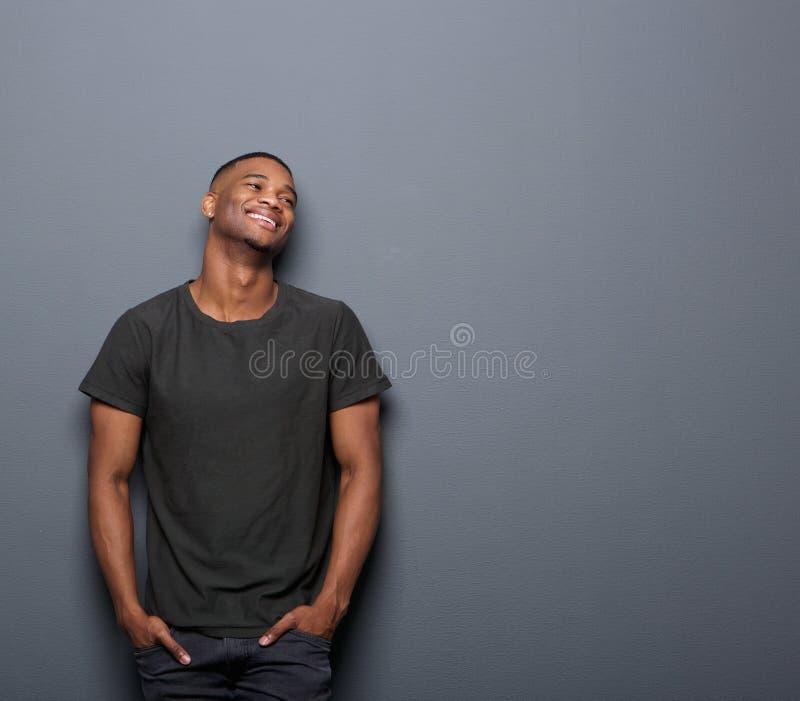 Retrato de um sorriso alegre do homem novo imagens de stock royalty free