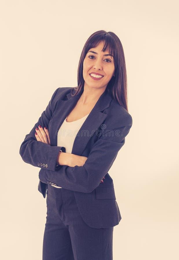 Retrato de um sorriso bonito e seguro novo da mulher de negócio Isolado no fundo branco imagem de stock royalty free