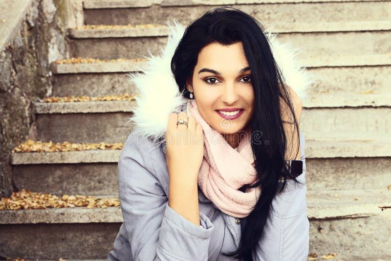 Retrato de um sorriso bonito de latina foto de stock