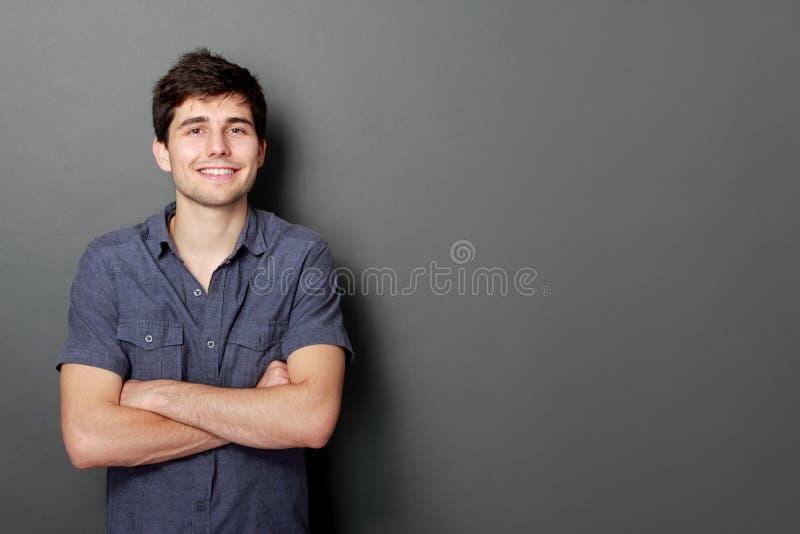 Retrato de um sorriso considerável do homem novo foto de stock royalty free