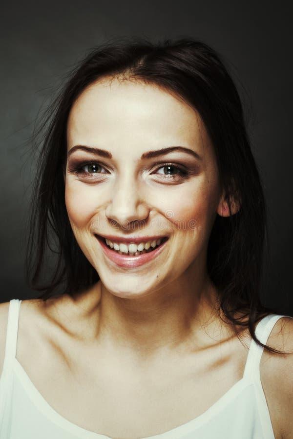 Retrato de um sorriso da mulher nova foto de stock