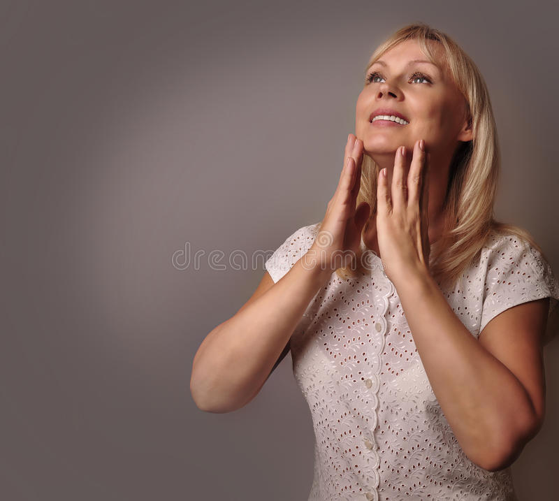Retrato de um sorriso maduro bonito da mulher fotografia de stock royalty free