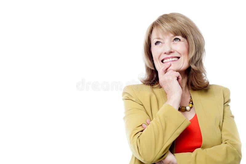 Retrato de um sorriso pensativo bonito da mulher fotografia de stock royalty free