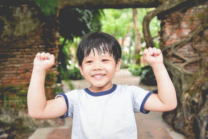 Retrato de um sorriso pequeno bonito do menino de Ásia Retrato do menino novo na natureza, no parque ou no ar livre imagem de stock royalty free