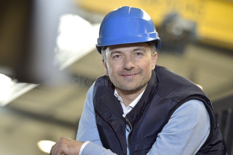 Retrato de um supervisor do homem na fábrica industrial imagens de stock