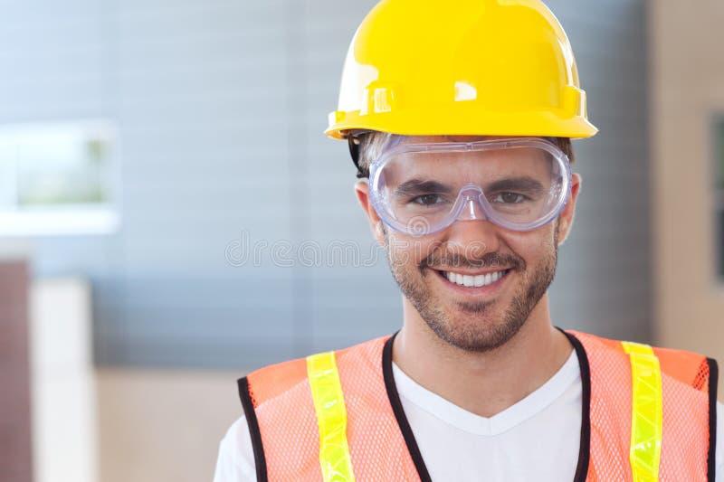 Retrato de um trabalhador da construção feliz foto de stock