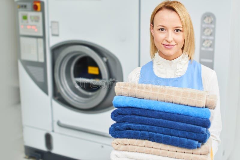 Retrato de um trabalhador da lavanderia da menina que guarda uma toalha limpa fotografia de stock royalty free