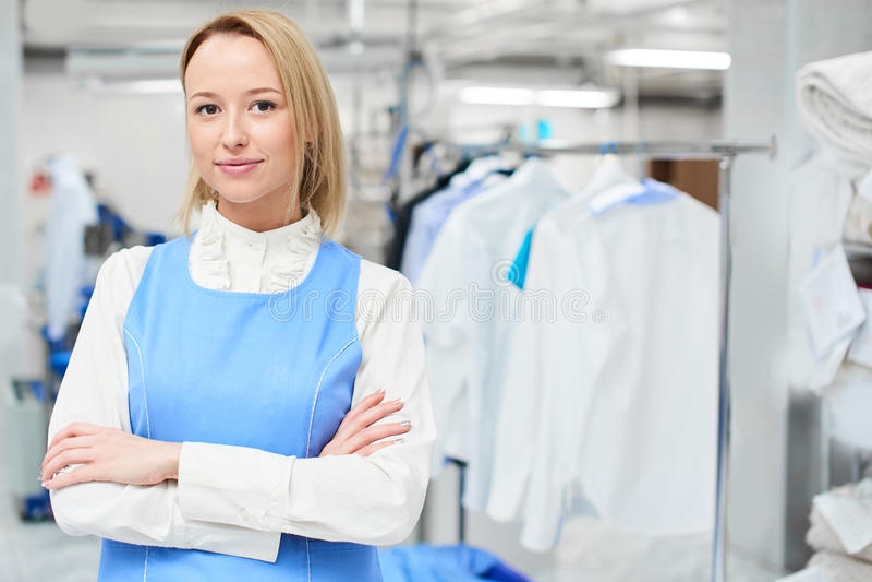 Retrato de um trabalhador da lavanderia da mulher foto de stock