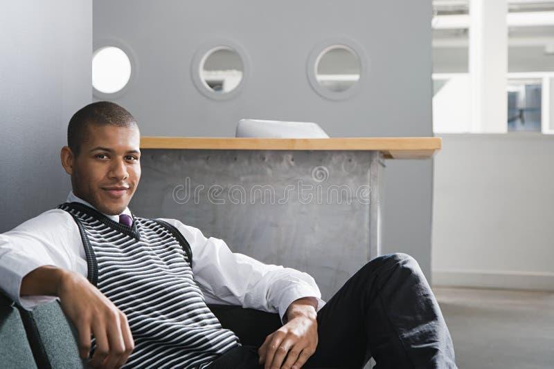 Retrato de um trabalhador de escritório masculino foto de stock royalty free