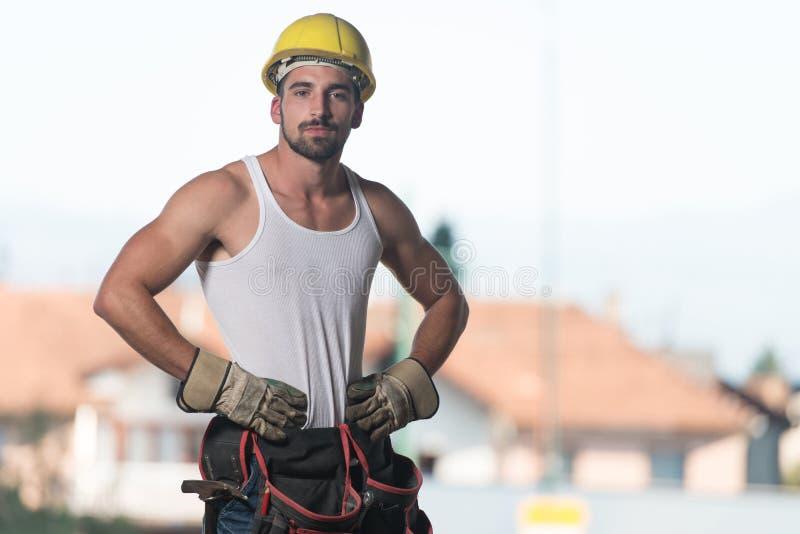 Retrato de um trabalhador seguro novo fotografia de stock royalty free