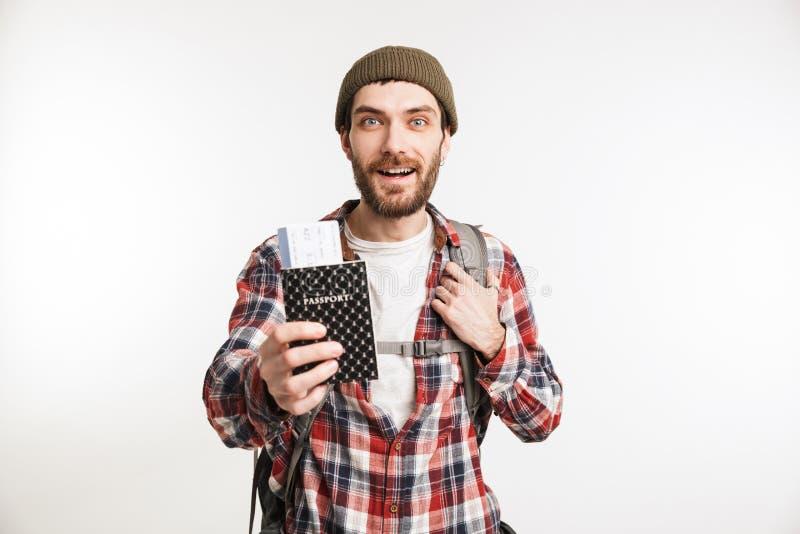 Retrato de um turista farpado alegre do homem na camisa de manta imagens de stock royalty free