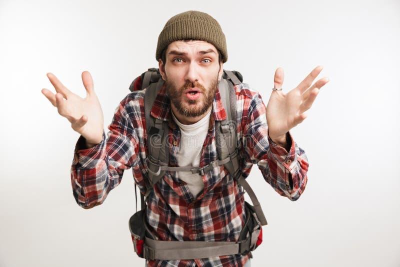 Retrato de um turista farpado novo do homem na camisa de manta fotos de stock royalty free