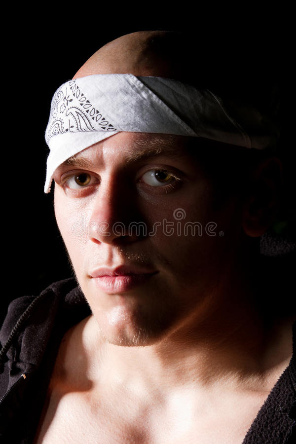 Retrato de um vândalo no headband na noite fotografia de stock royalty free