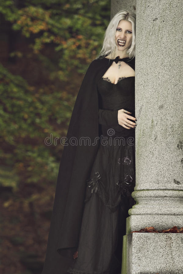 Retrato de um vampiro bonito fotografia de stock