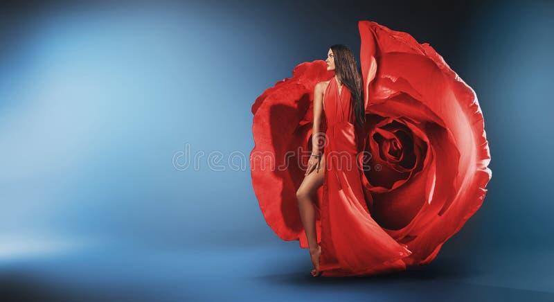 Retrato de um vestido vestindo da rosa da senhora bonita fotos de stock