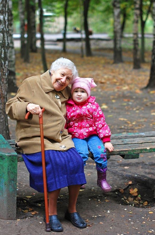 Retrato de uma avó e de uma neta foto de stock